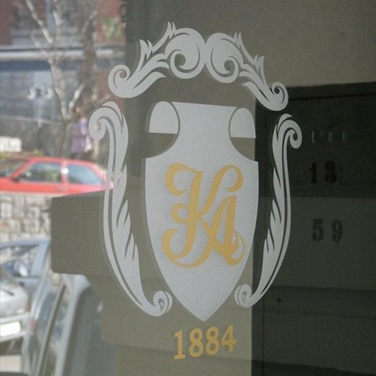 Logotip hotela na staklenim stijenama